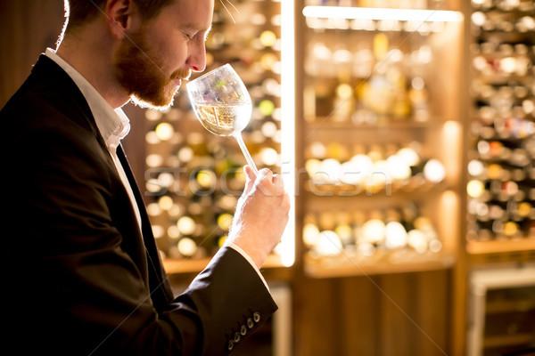 молодым человеком дегустация белое вино Бар вино стекла Сток-фото © boggy