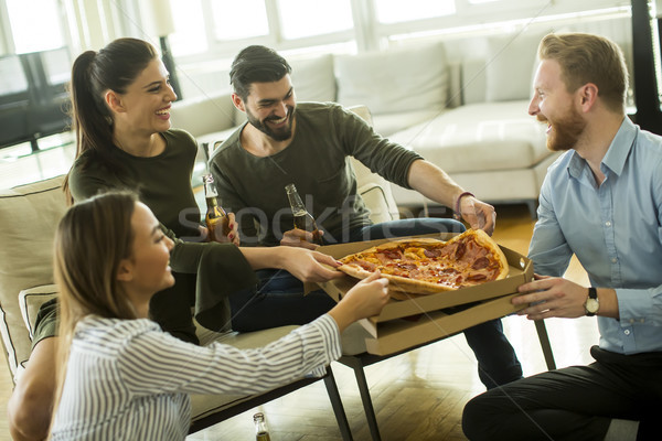 Jeunes manger pizza potable cidre amusement Photo stock © boggy