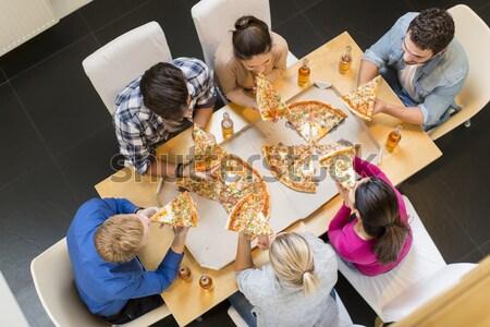 Zdjęcia stock: Młodych · ludzi · jedzenie · pizza · pitnej · jabłecznik · grupy