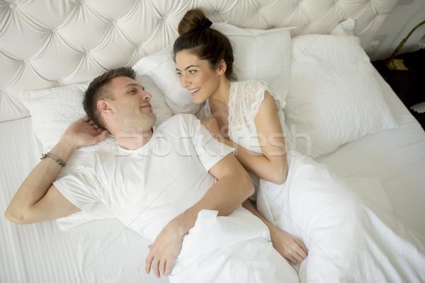 белая постель красивая девушка зрелый мужчина видео дозволено