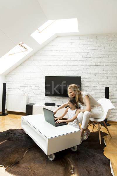 Gelukkig blond moeder dochter met behulp van laptop home Stockfoto © boggy