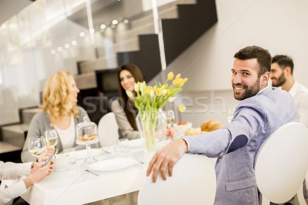 Grupy młodych ludzi pitnej wina tabeli szczęśliwy Zdjęcia stock © boggy