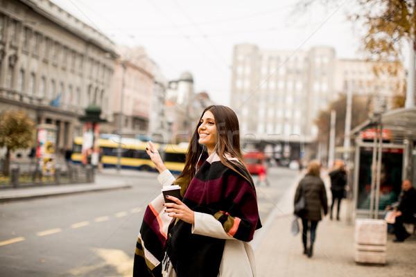 Jonge vrouw taxi straat stad vrouw Stockfoto © boggy