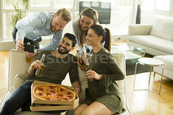 Jeunes manger pizza potable cidre Photo stock © boggy