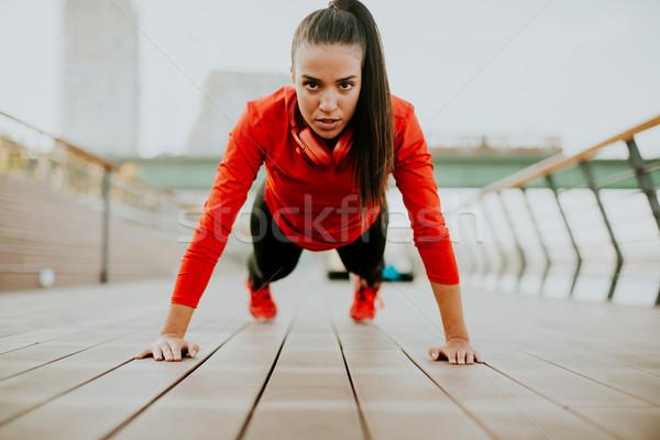 Stockfoto: Jonge · vrouw · promenade · lopen · ochtend · stad · hoofdtelefoon
