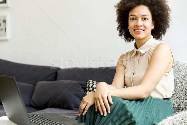 若い女性 巻き毛 ノートパソコン 座って ソファ ホーム ストックフォト © boggy