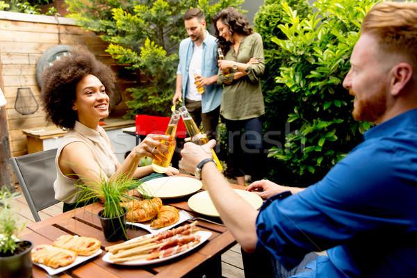 Grupy młodych ludzi grill podwórko szczęśliwy strony Zdjęcia stock © boggy