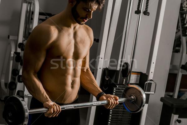 ストックフォト: 肖像 · 若い男 · 筋肉 · バーベル · ジム · フィットネス