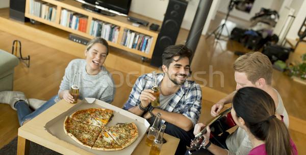 Młodych ludzi pizza strony pokój grupy kobiet Zdjęcia stock © boggy