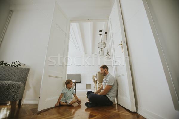 Foto stock: Feliz · hijo · de · padre · jugando · casa · piso · familia
