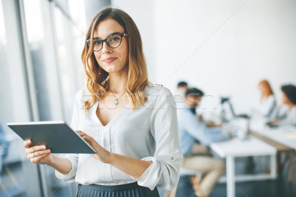 エレガントな 女性実業家 立って オフィス デジタル タブレット ストックフォト © boggy