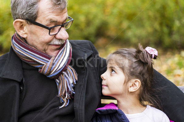 Kleines Mädchen Großvater Park Sitzung Bank Herbst Stock foto © boggy