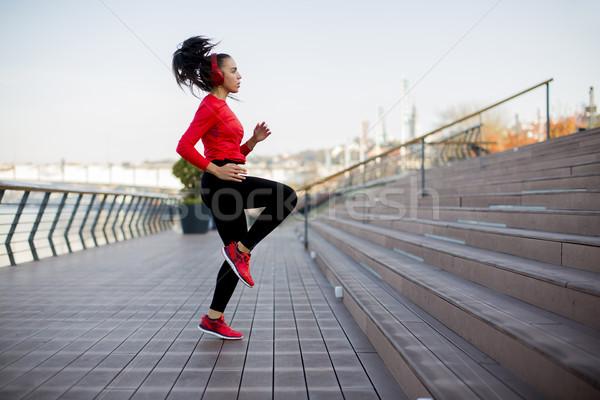 Фитнес-женщины прыжки Открытый городского женщину тело Сток-фото © boggy