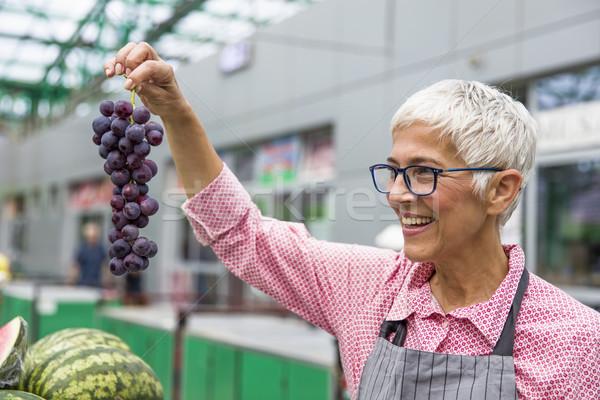 Altos mujer uvas mercado retrato frutas Foto stock © boggy