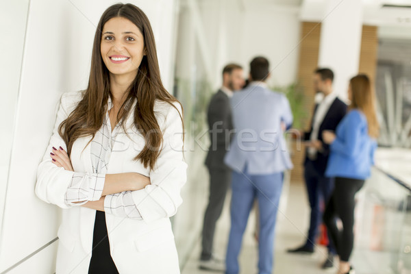 Imprenditrice posa uomini d'affari parlando ufficio lavoro Foto d'archivio © boggy