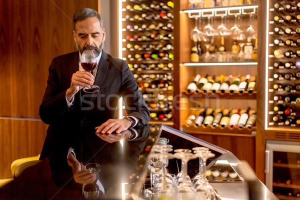 Knap volwassen man proeverij rode wijn glas wijn Stockfoto © boggy
