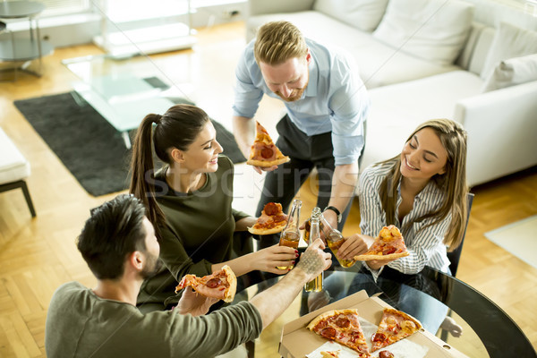 Jeunes manger pizza potable cidre chambre Photo stock © boggy