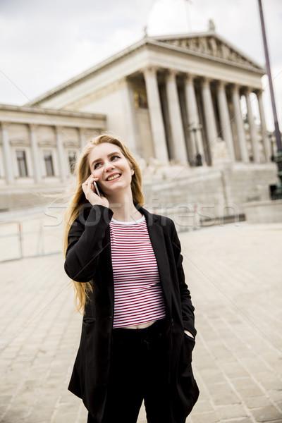 Jonge vrouw mobiele telefoon straat Wenen Oostenrijk stad Stockfoto © boggy