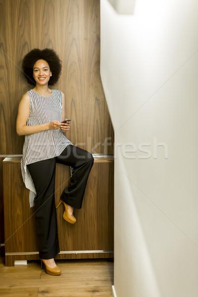 Foto stock: Sorridente · africano · americano · empresária · telefone · móvel · escritório