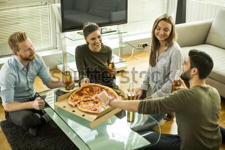 Widoku grupy znajomych jedzenie pizza pitnej Zdjęcia stock © boggy