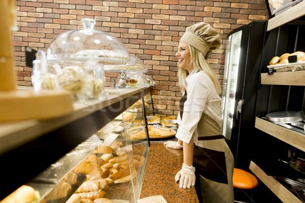 Femme boulangerie jeune femme travail alimentaire pain Photo stock © boggy