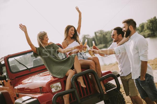 Stockfoto: Jongeren · rivier · auto · vrouwen · gelukkig