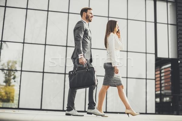 年輕 業務 情侶 步行 戶外 辦公樓 商業照片 © boggy
