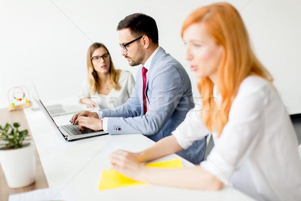 Foto stock: Pessoas · de · negócios · em · torno · de · tabela · pessoal · reunião · escritório