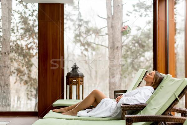 Mooie jonge vrouw ontspannen ligstoel zwemmen zwembad Stockfoto © boggy