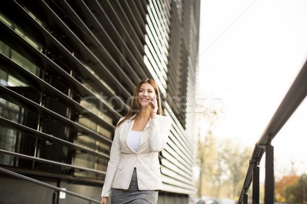 Kobieta interesu mówić telefonu biurowiec kobieta komunikacji Zdjęcia stock © boggy