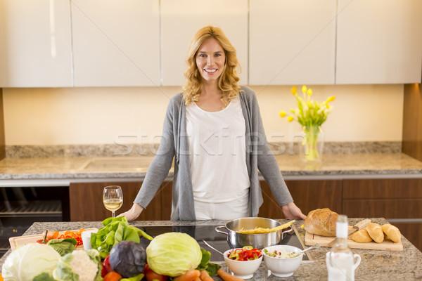 Fiatal nő ételt készít modern konyha nő étel Stock fotó © boggy