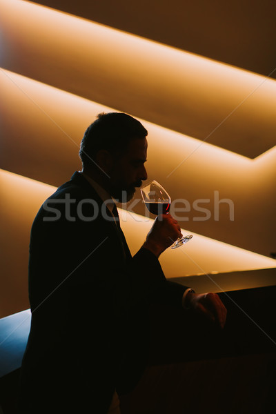 Bonito homem maduro degustação vinho tinto vidro vinho Foto stock © boggy