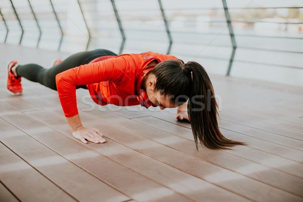 Vrouw plank promenade lopen jonge vrouw ochtend Stockfoto © boggy