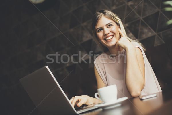 Jovem freelance mulher café mulher jovem sessão Foto stock © boggy