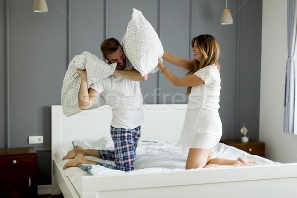 Gelukkig paar kussengevecht slaapkamer vrouw kamer Stockfoto © boggy