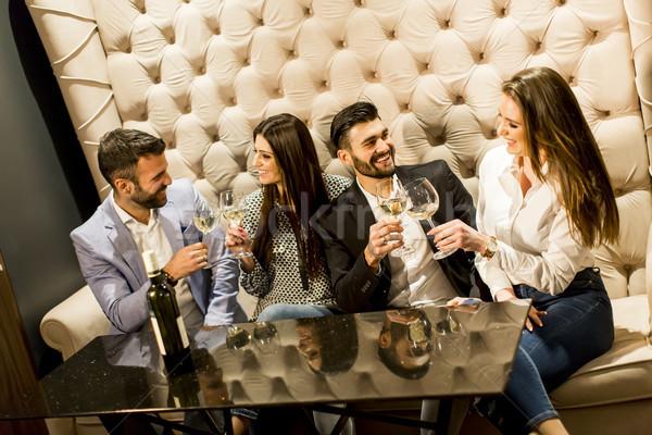 Vrolijk groep jongeren witte wijn wijn Stockfoto © boggy