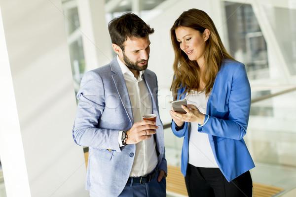 Business paar zakenvrouw mannelijke collega bespreken Stockfoto © boggy