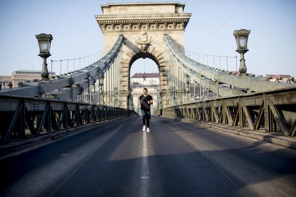Jonge man lopen keten brug Boedapest Hongarije Stockfoto © boggy