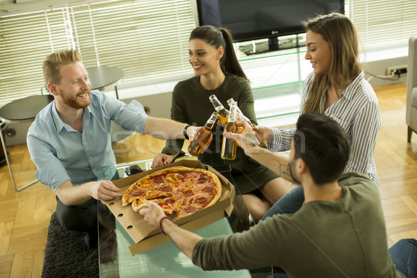 Jeunes manger pizza potable cidre modernes Photo stock © boggy