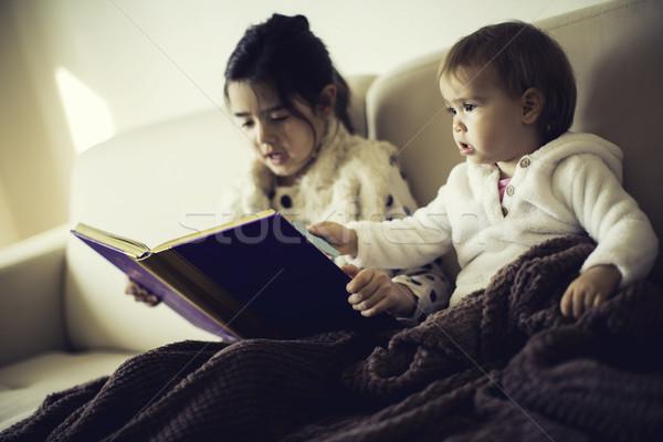 Cute weinig zusters lezing boek bed Stockfoto © boggy