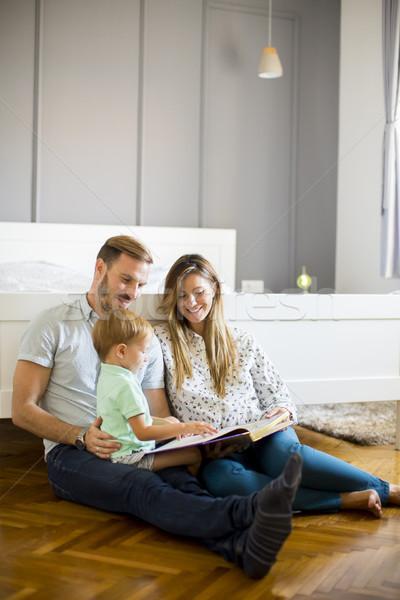Jungen Eltern lesen Buch wenig Junge Stock foto © boggy