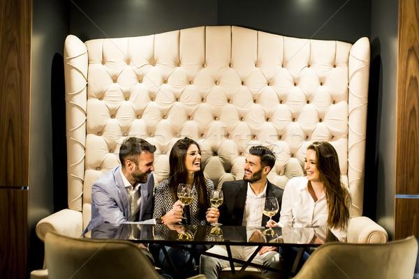 Groep jongeren vieren witte wijn partij Stockfoto © boggy
