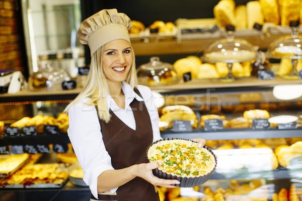 Panetteria femminile lavoratore posa pizza ristorante Foto d'archivio © boggy