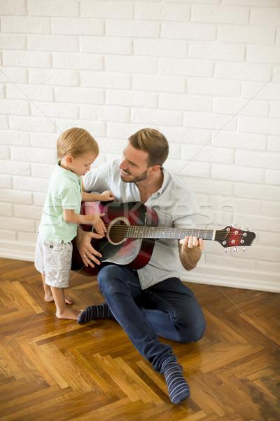 Stok fotoğraf: Baba · küçük · oğul · gitar · ev · müzik