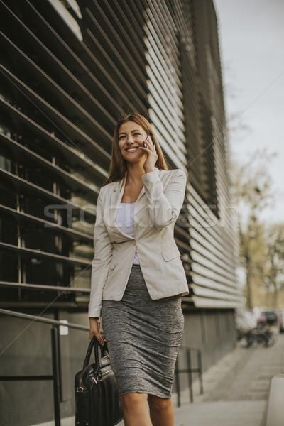 Empresária falante telefone prédio comercial negócio mulher Foto stock © boggy