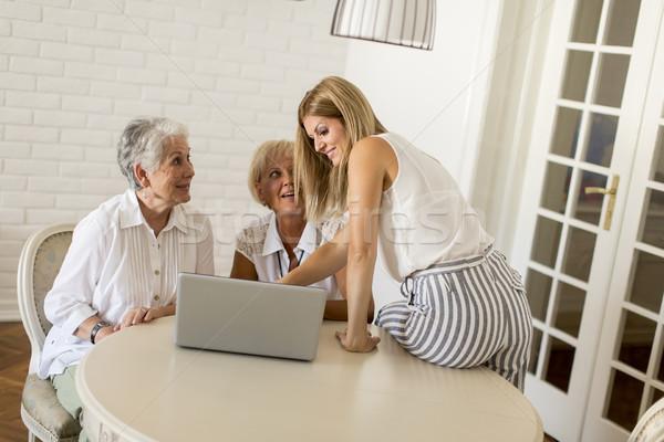Boldog nők három generációk nappali laptop Stock fotó © boggy