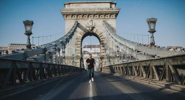 молодым человеком работает цепь моста Будапешт Венгрия Сток-фото © boggy