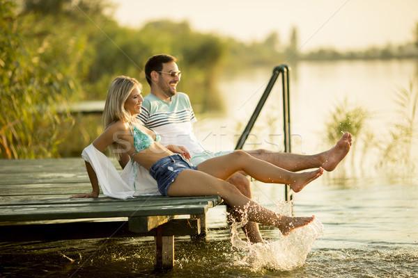 Romantische paar vergadering houten pier meer Stockfoto © boggy