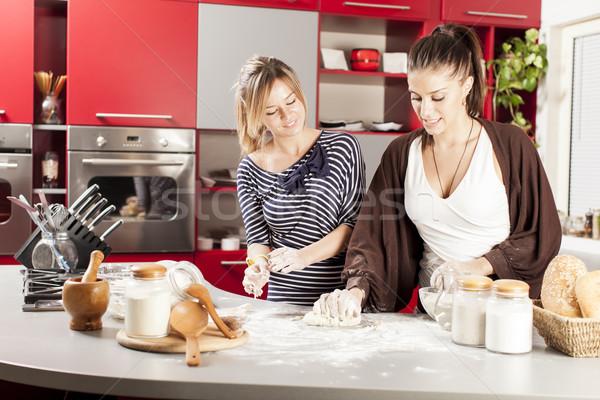 若い女性 キッチン 女性 家 笑顔 幸せ ストックフォト © boggy
