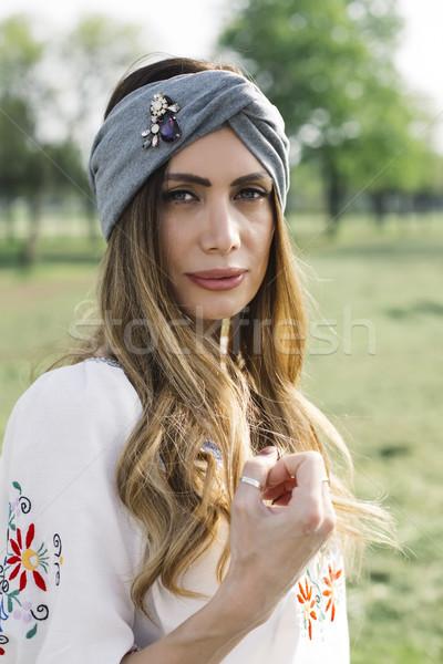 Portret młoda kobieta turban głowie stwarzające zewnątrz Zdjęcia stock © boggy